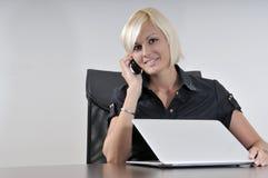 工作在膝上型计算机的办公室的新女商人 免版税库存图片