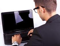 工作在膝上型计算机的回到观点的商人 免版税图库摄影