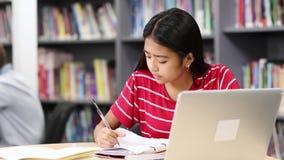 工作在膝上型计算机的女性高中学生 股票视频