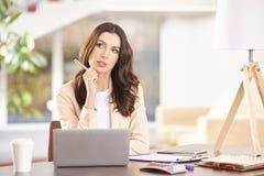 工作在膝上型计算机的妇女 库存照片