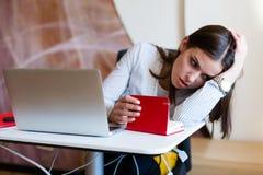 工作在膝上型计算机的少妇 免版税图库摄影