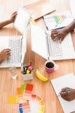 工作在膝上型计算机的年轻商人 免版税图库摄影