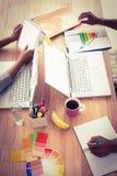 工作在膝上型计算机的年轻商人 免版税库存图片