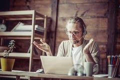 工作在自由职业者在网上谈判的人 库存照片