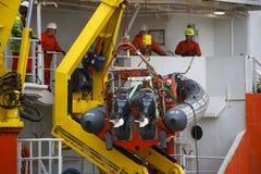 工作在船的人们 阿伯丁港口 苏格兰,在减速火箭的样式的UK.Photo 库存图片
