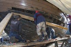 工作在船的整修的人们 免版税图库摄影