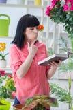 工作在花店的妇女卖花人 免版税库存照片