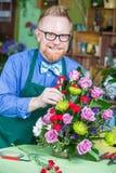 工作在花店的英俊的人 免版税图库摄影