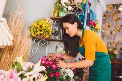 工作在花店 免版税库存图片