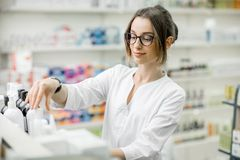 工作在药房商店的药剂师 免版税库存照片