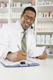 工作在药房的男性药剂师 免版税图库摄影