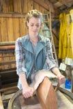 工作在蛇皮的女工匠在车间 库存照片