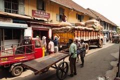 工作在街道上的印地安人民 库存图片