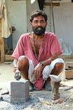 工作在街道上的印地安铁匠 生动描述在艾哈迈达巴德印度, 2015年10月25日 免版税库存图片