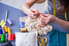工作在衣物缝合的缝的测量的fa的妇女裁缝 免版税库存照片