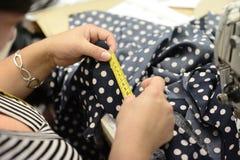 工作在衣裳工厂的裁缝 库存照片