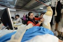 工作在衣裳工厂的裁缝 免版税库存图片
