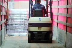 工作在装载者机器的人在Ochakovo 免版税图库摄影