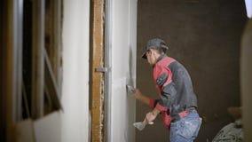 工作在装饰的杂物工应用灰泥的内墙 股票视频
