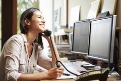 工作在计算机上的书桌的女性建筑师 免版税库存图片