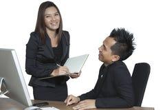工作在计算机上的办公室的商务伙伴 免版税库存照片