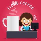 工作在计算机和大咖啡杯上的妇女 库存图片