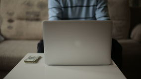 工作在计算机的一个人和挣金钱 自由职业者 股票录像