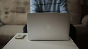 工作在计算机的一个人和挣金钱 自由职业者 股票视频