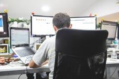 工作在计算机的人作为设计师 免版税库存图片