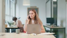 工作在计算机的女商人 恼怒的人与文件一起使用 影视素材