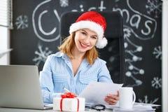 工作在计算机的女实业家自由职业者在圣诞节 库存照片