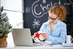 工作在计算机的女实业家自由职业者在圣诞节 免版税库存照片