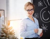 工作在计算机的女实业家自由职业者在圣诞节 免版税库存图片