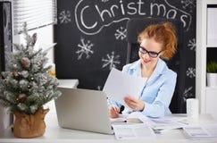 工作在计算机的女实业家自由职业者在圣诞节 图库摄影