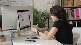工作在计算机的妇女坐在商业中心户内 影视素材
