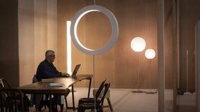 工作在计算机的时髦的人在HOMI,家国际展示在米兰,意大利 库存照片