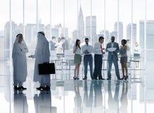 工作在证券交易经纪人行情室的不同的商人 库存图片