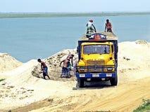 工作在贾木纳-雅鲁藏布江, Bangaldesh岸的民工  免版税图库摄影