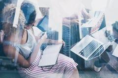 工作在起始的项目的年轻行家队膝上型计算机在现代地方 配合企业概念 被排行的办公室河摩天大楼 免版税库存图片