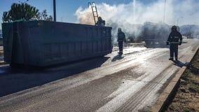 工作在路的物质消防员 免版税库存照片