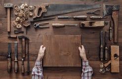 工作在车间的木匠 免版税库存图片