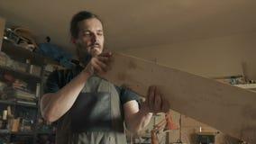 工作在车间的熟练的工匠 股票视频