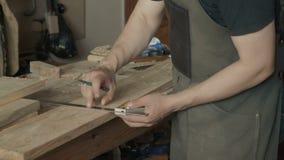工作在车间的熟练的工匠 影视素材