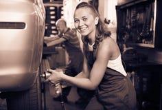 工作在轮子平衡控制机械的技工妇女 免版税库存图片