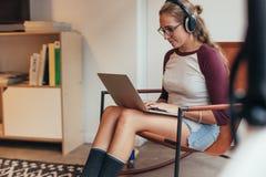 工作在软件开发起动的妇女 免版税库存照片