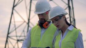 工作在送电线附近的工程师 4K 股票录像