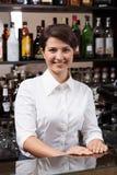 工作在酒吧的少妇 免版税库存照片