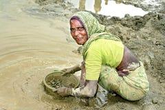 工作在采石坑的孟加拉非常老妇人 库存图片