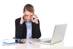 工作在重音的年轻女实业家在办公计算机被挫败 免版税库存图片