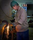 工作在金属商店,哈瓦那,古巴 免版税库存图片